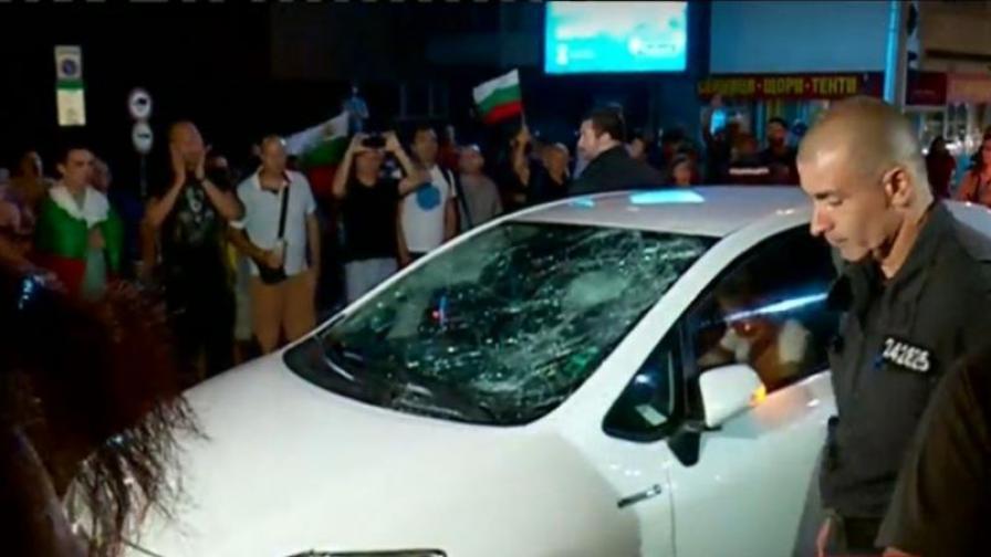 Напрежение при протестите, счупиха колата на жена с деца