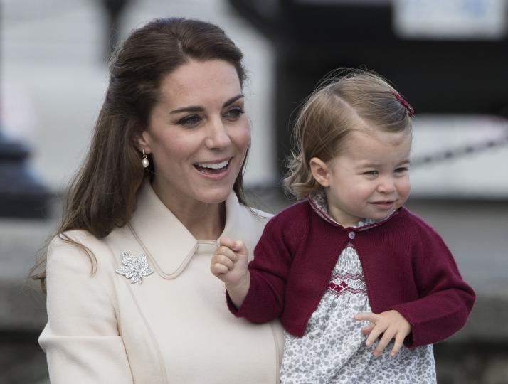 Моментите, в които принцеса Шарлот е малко копие на кралица Елизабет