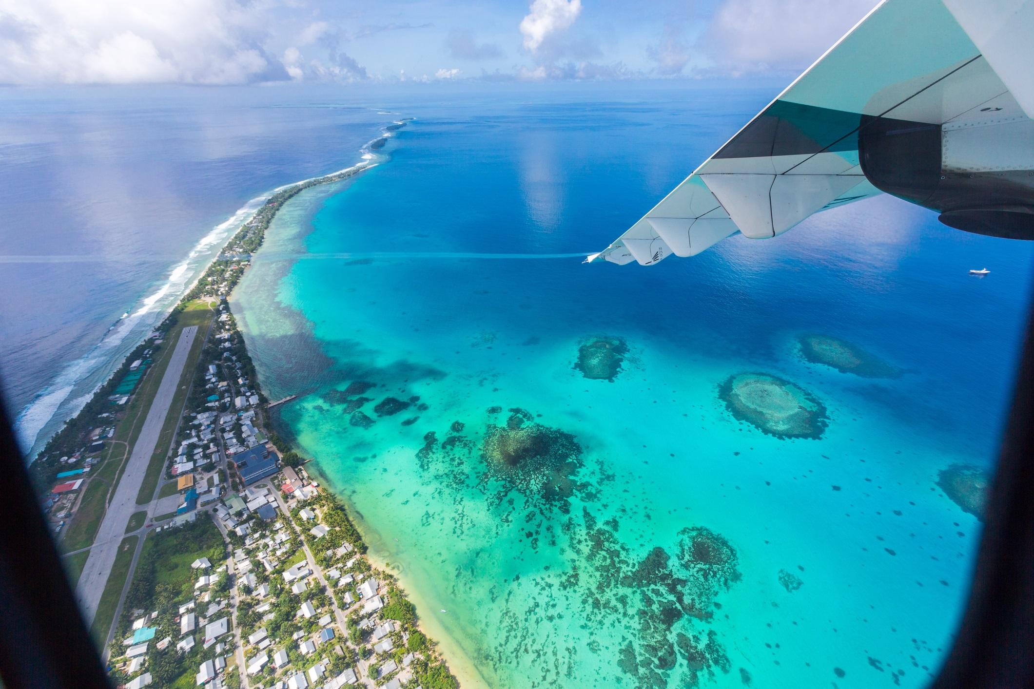 <p><strong>Тувалу</strong></p>  <p>Повече от 25 години неговите жители на Тувалу се тревожат, че изменението на климата може да повиши нивото на океана достатъчно, за да потопи островите. Повишаващото се морско равнище е замърсило ресурсите на подземните води на страната със сол и е довело до намаляване на добивите от реколтите.</p>