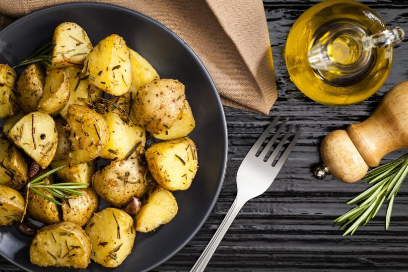 <p>За да стане мек, ароматен и още по-вкусен, картофът е добре да се вари в смес от вода и малко мляко. Съотношението е четвърт мляко на литър вода. Ако се нареже лук и се добави и масло в течността, този зеленчук надминава и най-добрите очаквания.</p>
