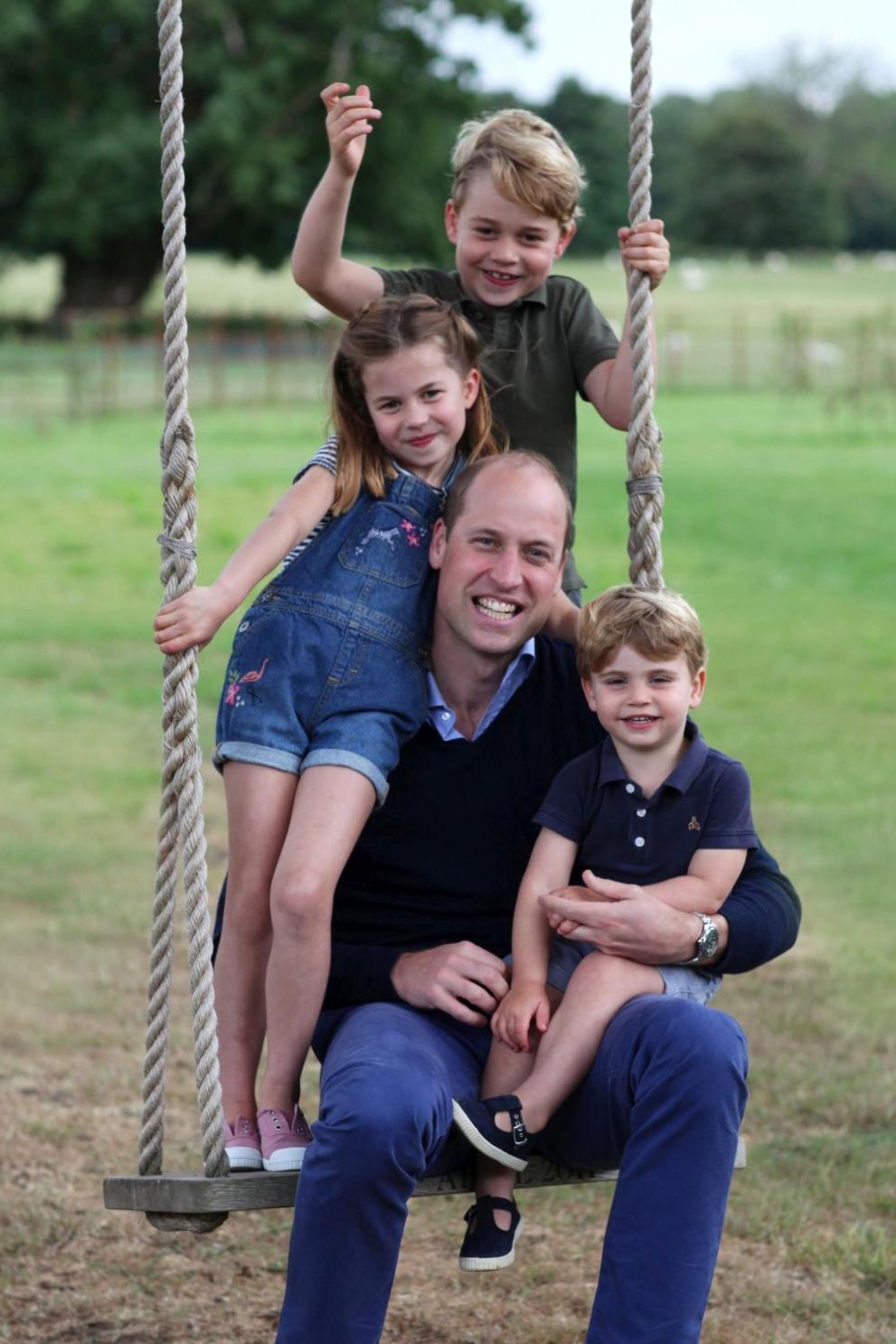 <p><strong>5. Частни самолети</strong></p>  <p>Преките наследници на трона не могат да летят заедно на дълги разстояния. Например, когато принц Джордж, един от претендентите за британския трон, навърши 12 години, той ще трябва да лети с различни самолети с баща си, принц Уилям.</p>