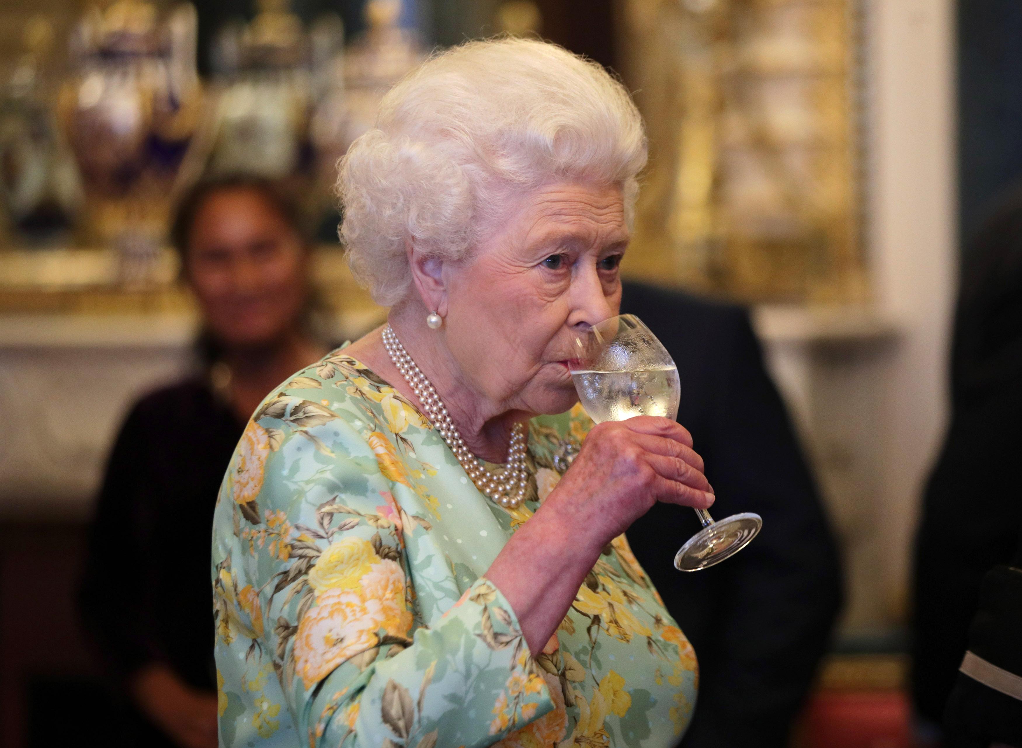 <p><strong>9. Побързайте да хапнете преди кралицата</strong></p>  <p>Всички членове на кралското семейство, както и тези, които имат достатъчно късмет да вечерят с Нейно величество, трябва да са се нахранили преди кралицата да довърши яденето си. Ако тя приключи и постави приборите до чинията, всички останали трябва да направят същото. Никаква справедливост! Но за хората със синя кръв етикетът е по-важен от глада.</p>  <p>Между другото, има и подсказка - ако чантата на кралицата е на масата, това означава, че след пет минути храненето ще свърши.</p>