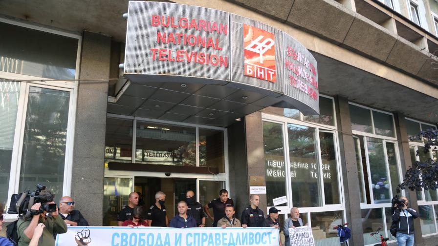 <p>Протестиращи замеряха с яйца сградата на БНТ</p>