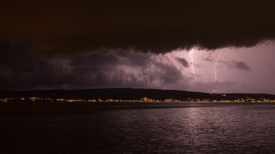 Мощна буря в Хърватия, мълния запали гора