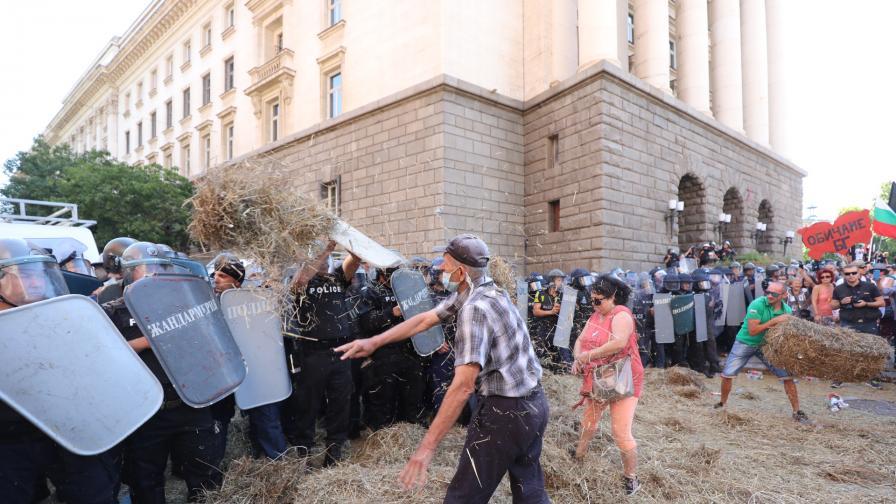 38 души – протестиращи и полицаи, са пострадали при протестите