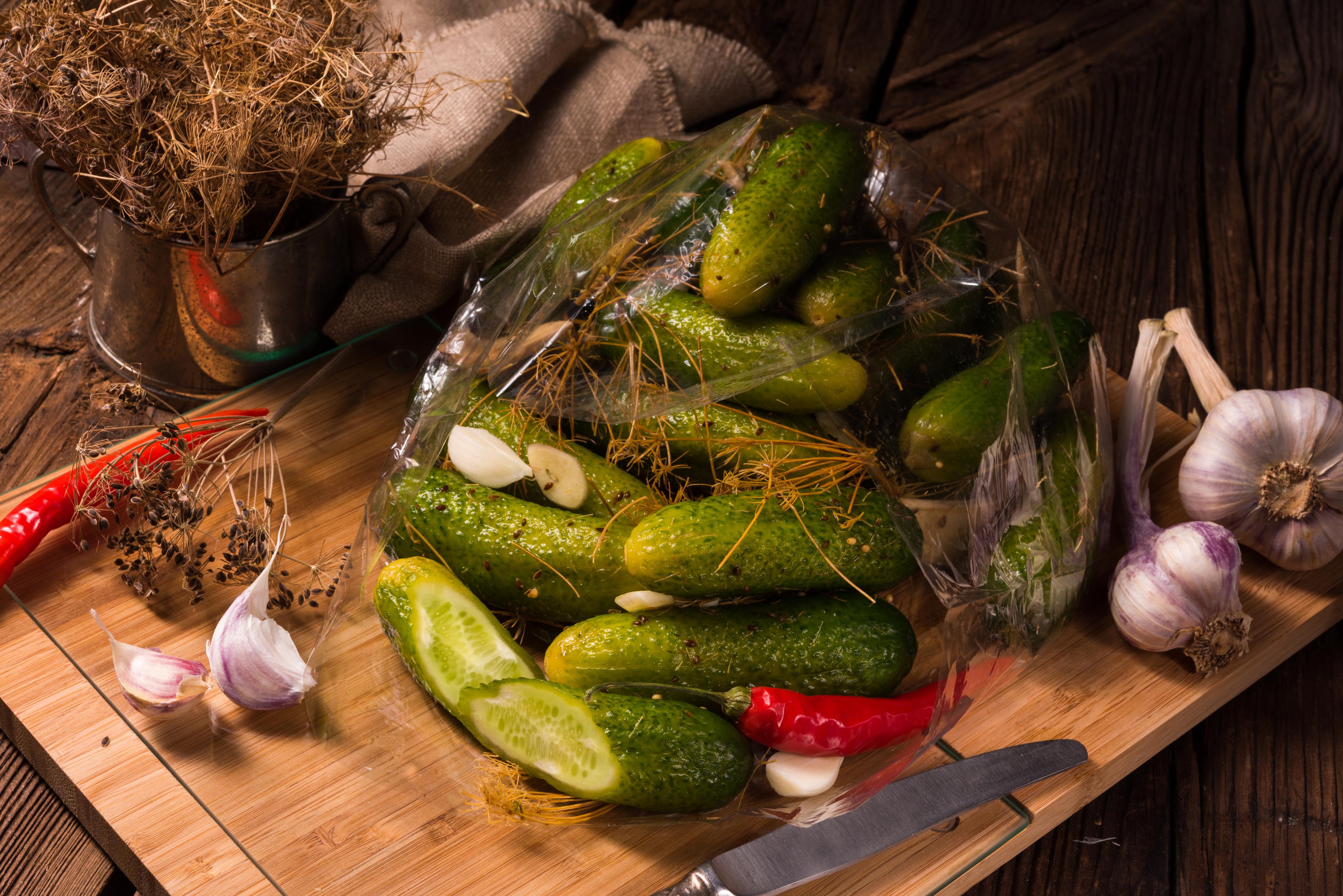 <p><strong>На 40 Ферментирали храни</strong></p>  <p>На 40 започват да се появяват храносмилателни проблеми, особено ако се храните с предимно преработени храни. Добре е да включите в менюто си ферментирали храни, които са богати на полезни бактерии. Ежедневната порция кисело зеле, кимчи, кисело мляко, кисели краставички помага за балансирането на чревната флора.</p>