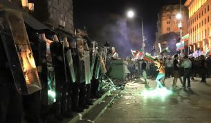Сблъсъци на протеста, площадът се превърна в бойно поле