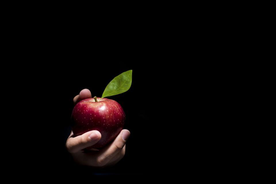 ръка ябълка изкушение