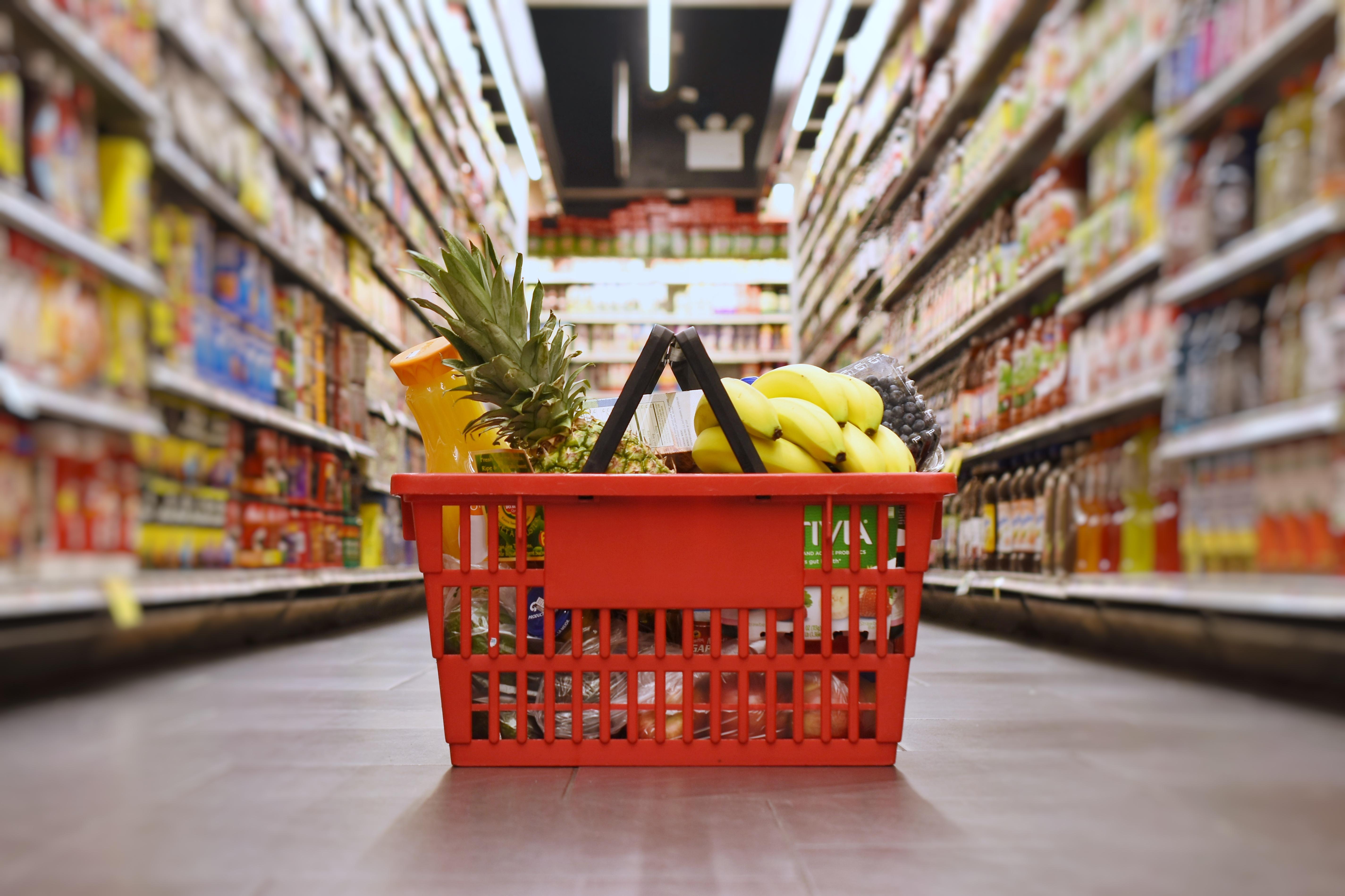 <p><strong>3. Разумно пазаруване -</strong> Пазаруването по план може да ви помогне да избегнете спонтанни придобивки, за които по-късно може да съжалявате. Ако влезете в магазина със списък с необходимите продукти рискът да се сдобиете с нещо излишно е по-малък. За целта можете да използвате и мобилни приложения. Освен това е много важно да не влизате в магазина на гладен стомах и да отделяте ограничено време за пазаруване.</p>