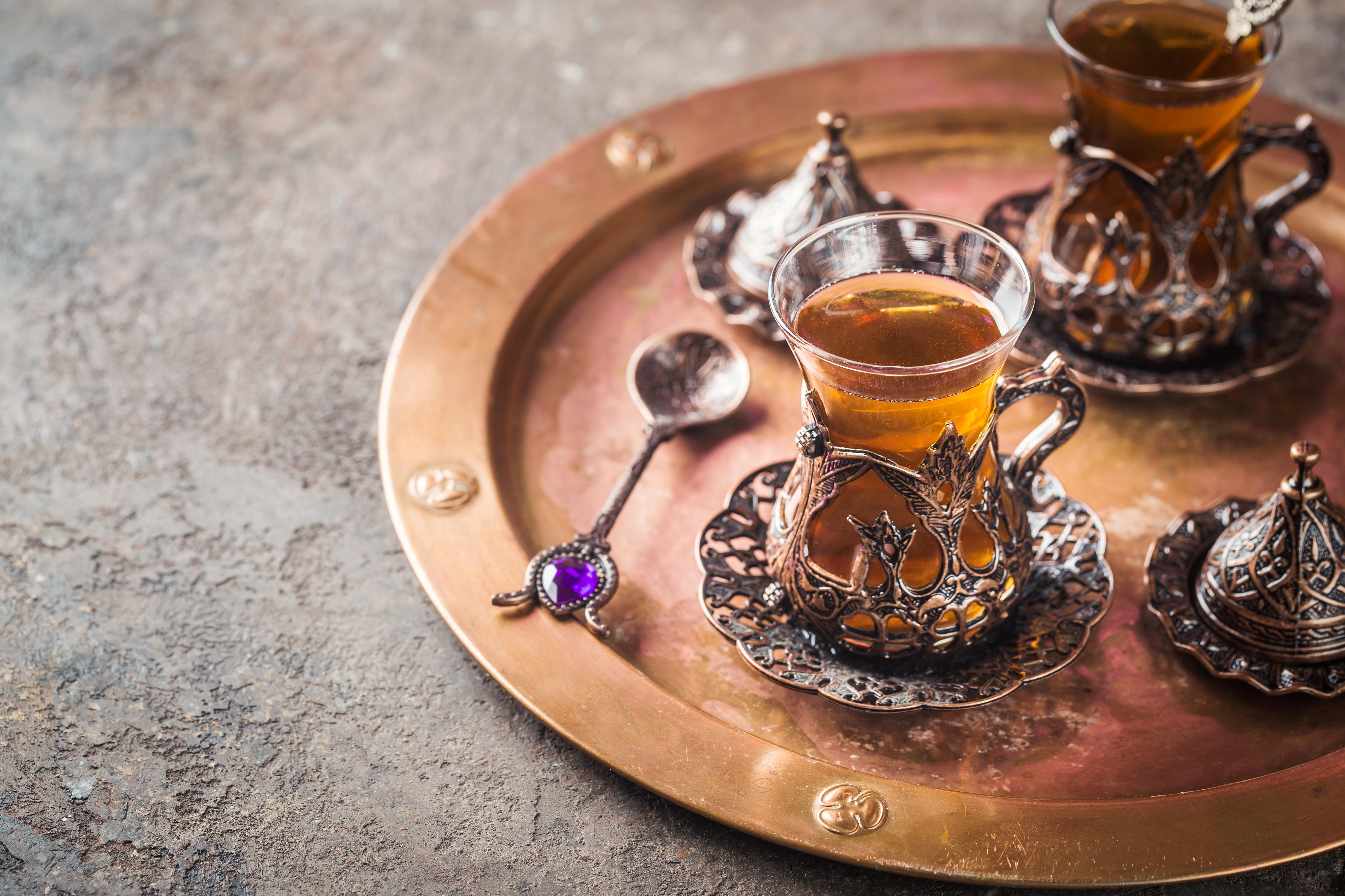 <p>2. Истанбул Ако посетите Истанбул, трябва да опитате традиционния им турски чай. Това е най-консумираната топла напитка в тази страна и можете да намерите много нейни версии под 1 долар.</p>