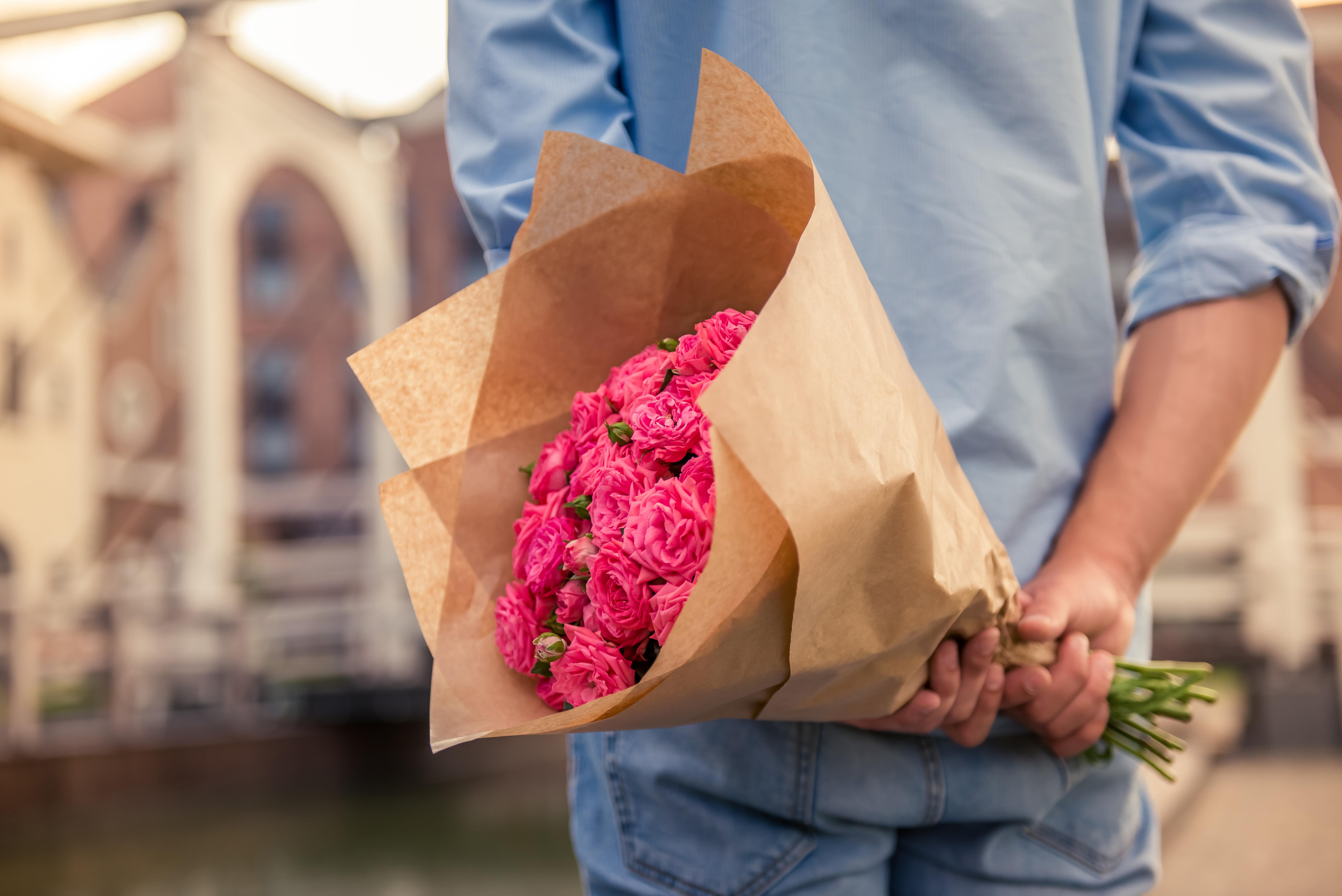 <p><strong>10. Подаряване на цветя</strong><br /> Простият акт на подаряване на цветя на среща може да не е проблем сам по себе си&hellip; в Русия например се очаква мъжете да подарят хубав букет цветя, стига да са нечетен брой. Четен брой цветя са запазени за погребения. Дори историята показва колко сложни могат да бъдат цветята. Във викторианската ера изпращането на жълти рози на някого може да бъде обидно, тъй като се смята, че символизират ревност и изневяра. Дори и днес, когато тези цветя символизират приятелството, те биха могли да намекнат на човек, че просто го смятате за приятел.</p>
