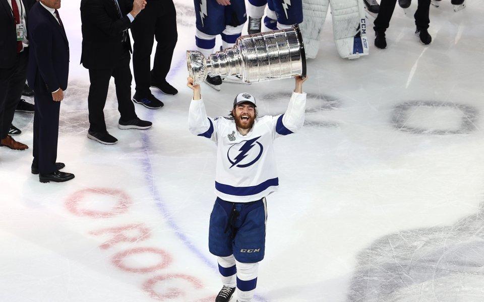 Шампионът в НХЛ Тампа Бей привлече двама защитници
