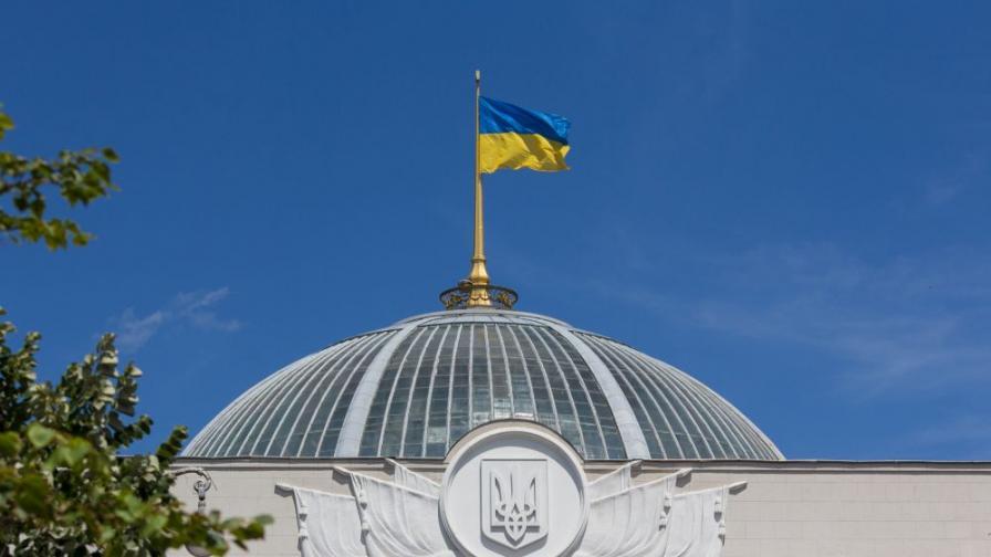 Украински депутат разглежда голи снимки на парламентарно заседание