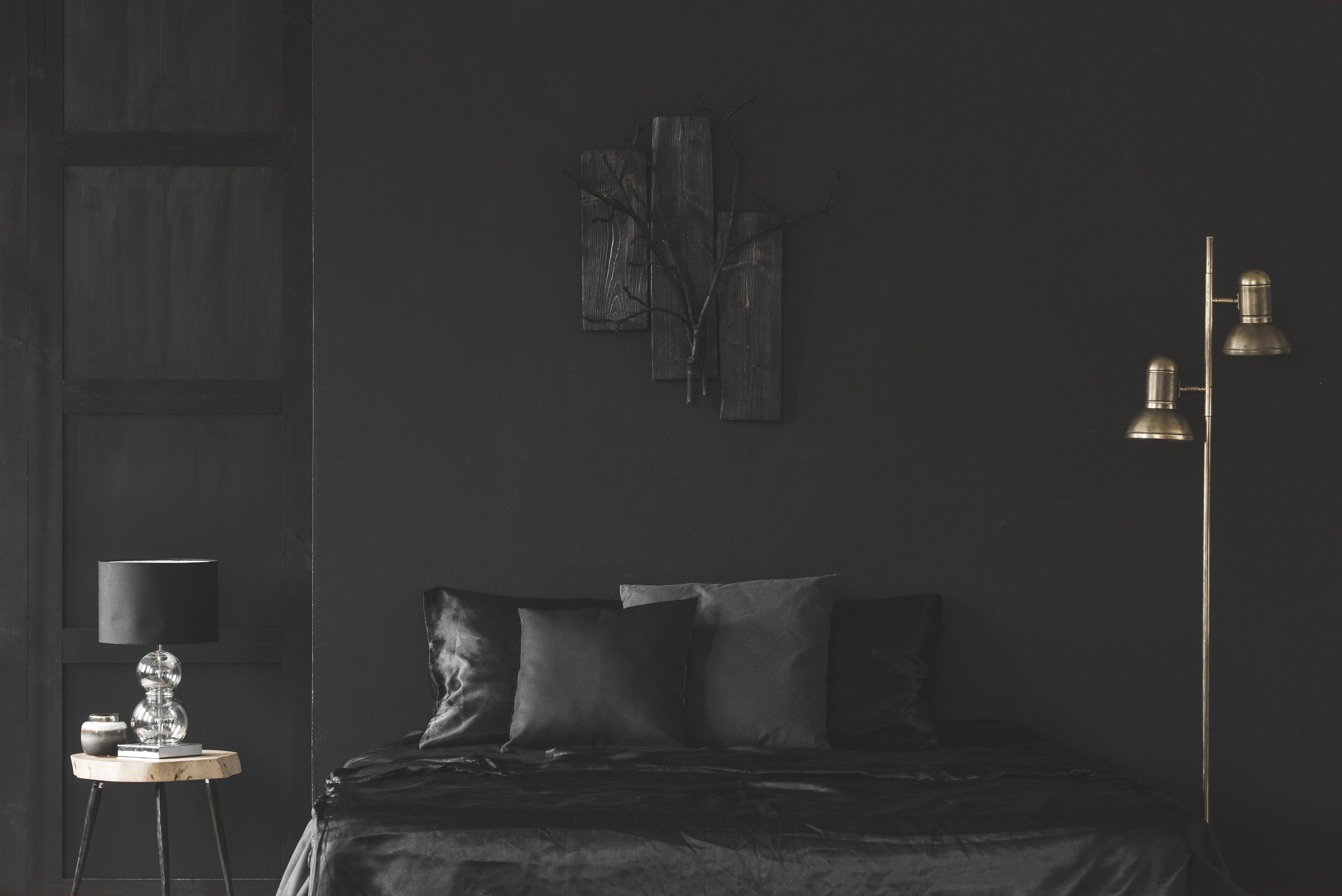 <p><strong>Черно.&nbsp;</strong>Освен че затъмнява помещението, черният цвят създава илюзията, че помещението е по-малко от действителните си размери. И въпреки че тъмнината може да ви помогне да заспите по-бързо, това ще затрудни сутрешното ви събуждане. Освен това на психологическо ниво тъмнината потиска човешката енергия.</p>