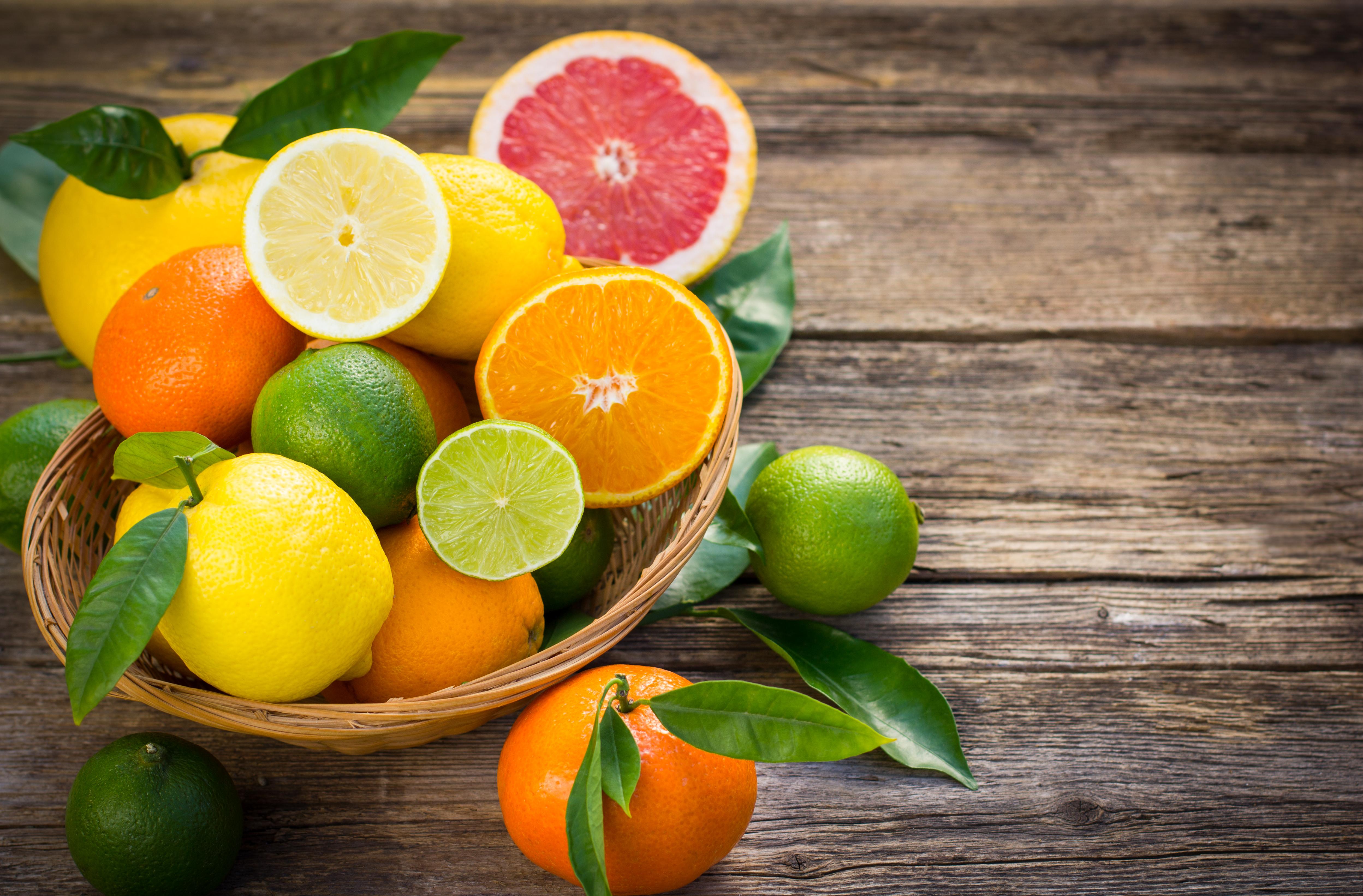 <p><strong>Цитрусови плодове</strong></p>  <p>Тъй като се отглеждат в мек климат, е безопасно да се съхваняват на стайна температура. Ако са разрязани, непременно ти поставете в кутия или ги увийте в специално фолио и ги дръжте в хладилника.</p>