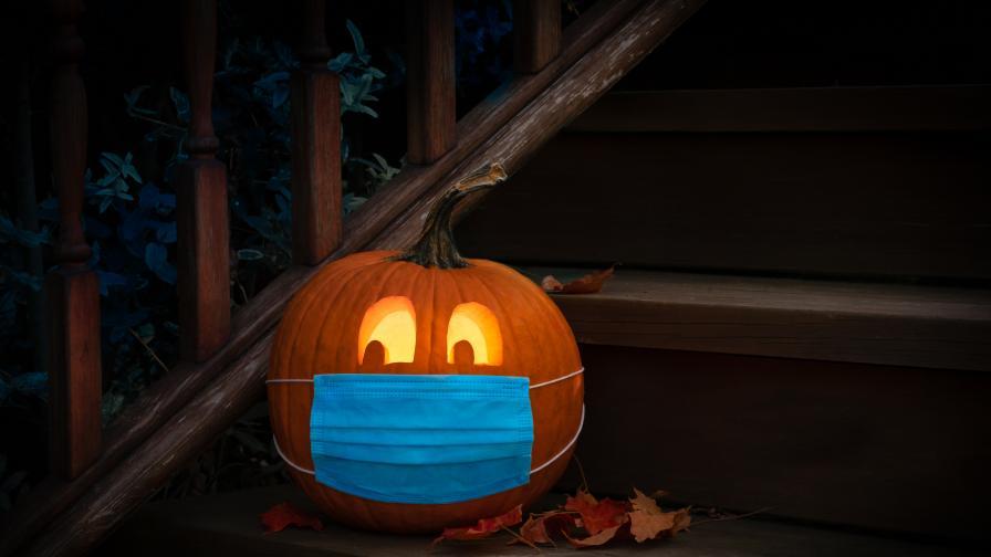 """""""Секси"""" Хелоуин: Как коронавирусът вдъхнови почитателите на празника"""