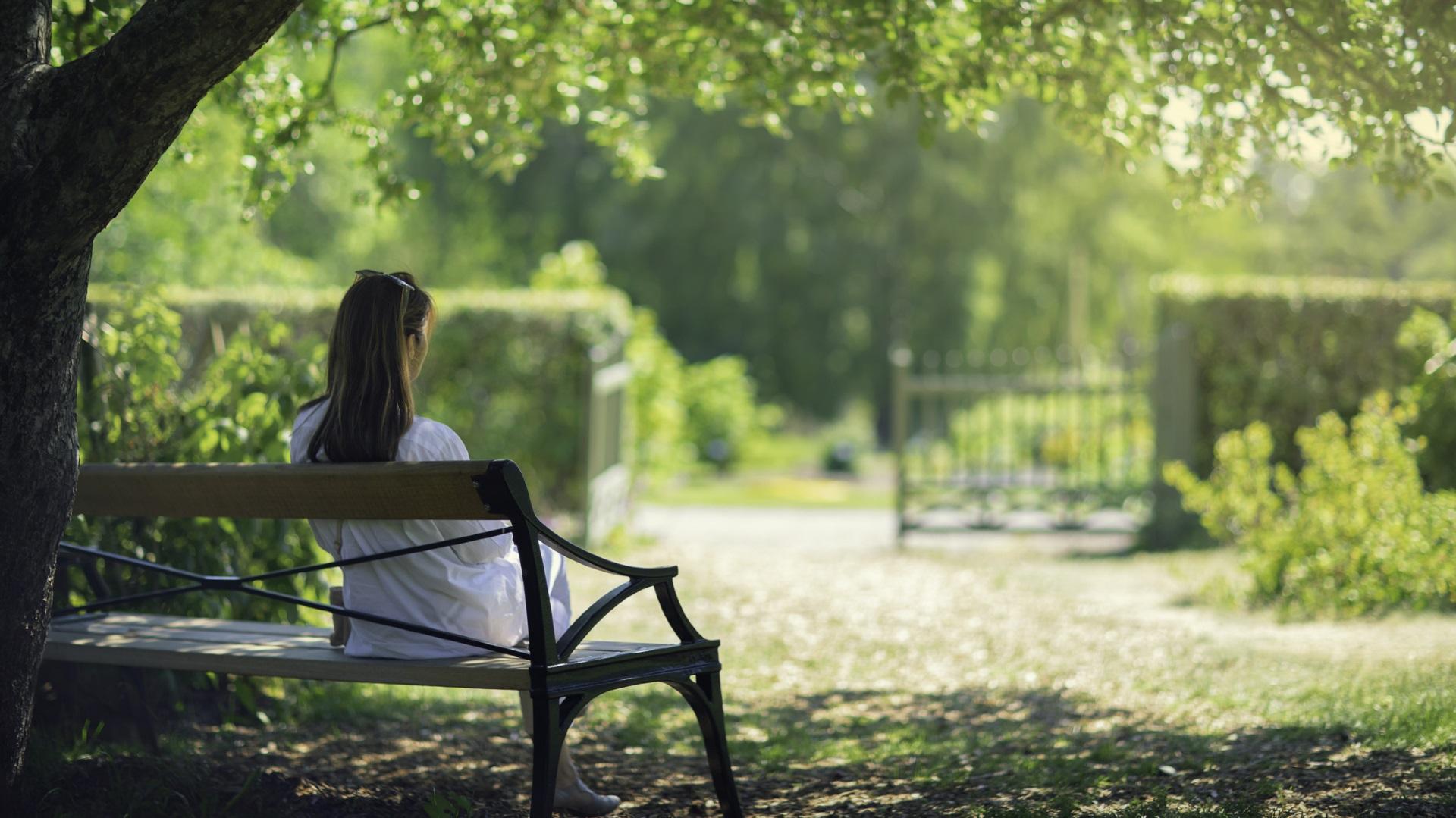 <p><strong>Излезте навън</strong></p>  <p>Излизайки навън, веднага сменяте обстановката, което може да предизвика промяна и в настроението. Откритите пространства предразполагат да се концентрирате върху сетивата си &ndash; осъзнайте какво можете да видите, помиришете, вкусите, чуете и почувствате в момента.</p>