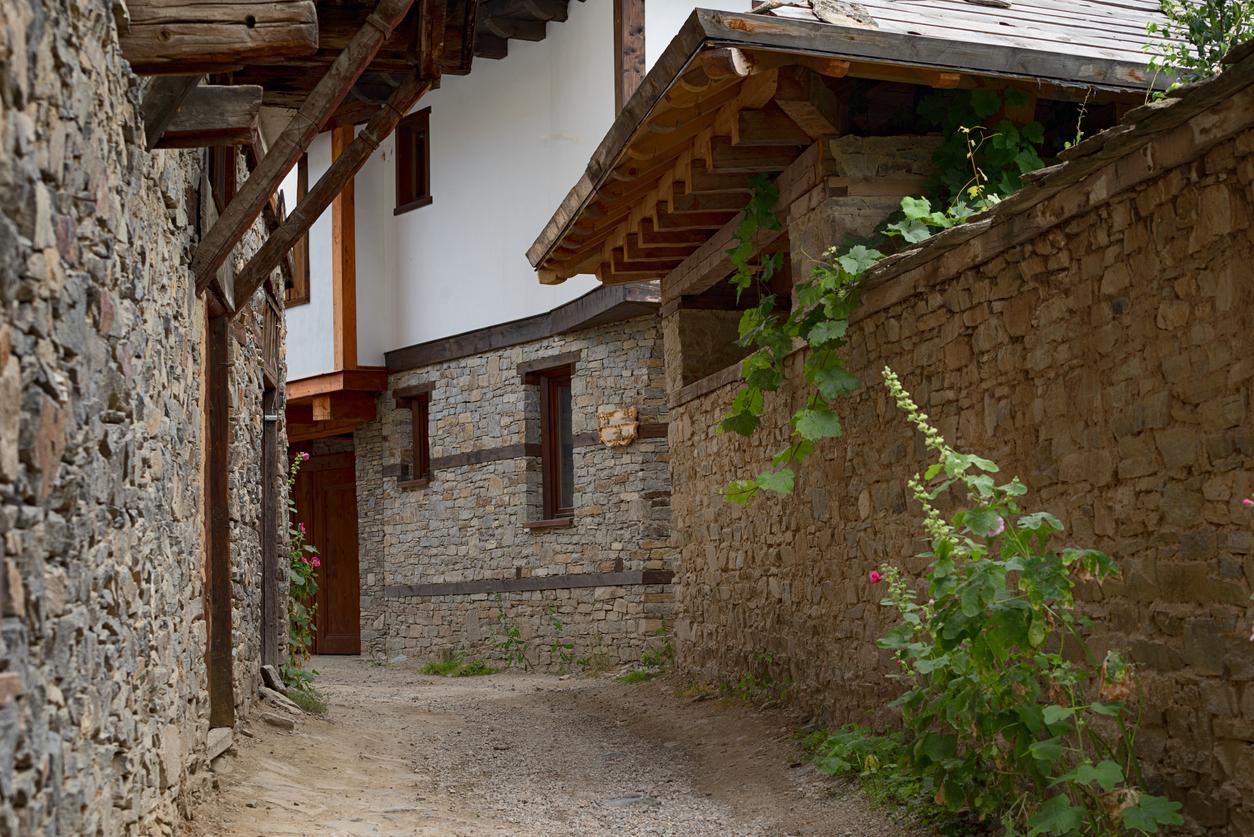 <p><strong>4. Село Ковачевица</strong> - Намира се в югозападния край на Родопите, на 24 км от Гоце Делчев. Над тесните калдъръмени улици са надвиснали чардаците и еркерите на двуетажните и триетажните къщи, характерни за довъзрожденския период.&nbsp;Когато се наситите да гледате сградите, можете да се спуснете по поречието на река Канина, да видите Синия вир или да се разходите из боровите и буковите гори наоколо.</p>