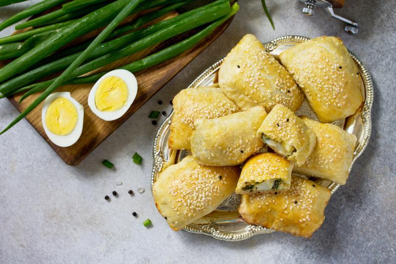 <p><strong>Пирожки с яйце и зелен лук</strong></p>  <p>Сварете 7 твърдо сварени яйца (10 минути след кипене). Обелете и нарежете на кубчета. Накълцайте няколко стръка зелен лук. Смесете ги и овкусете със сол и черен пипер.</p>