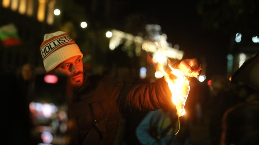 104-та вечер на антиправителствени протести, демонстрантите запалиха маски