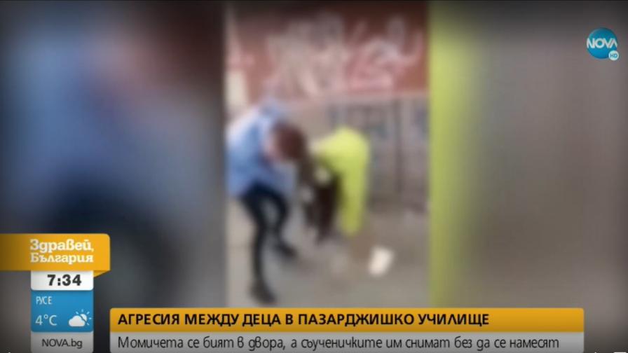 Ученички се сбиха в двор на училище, свидетели снимат и не се намесват