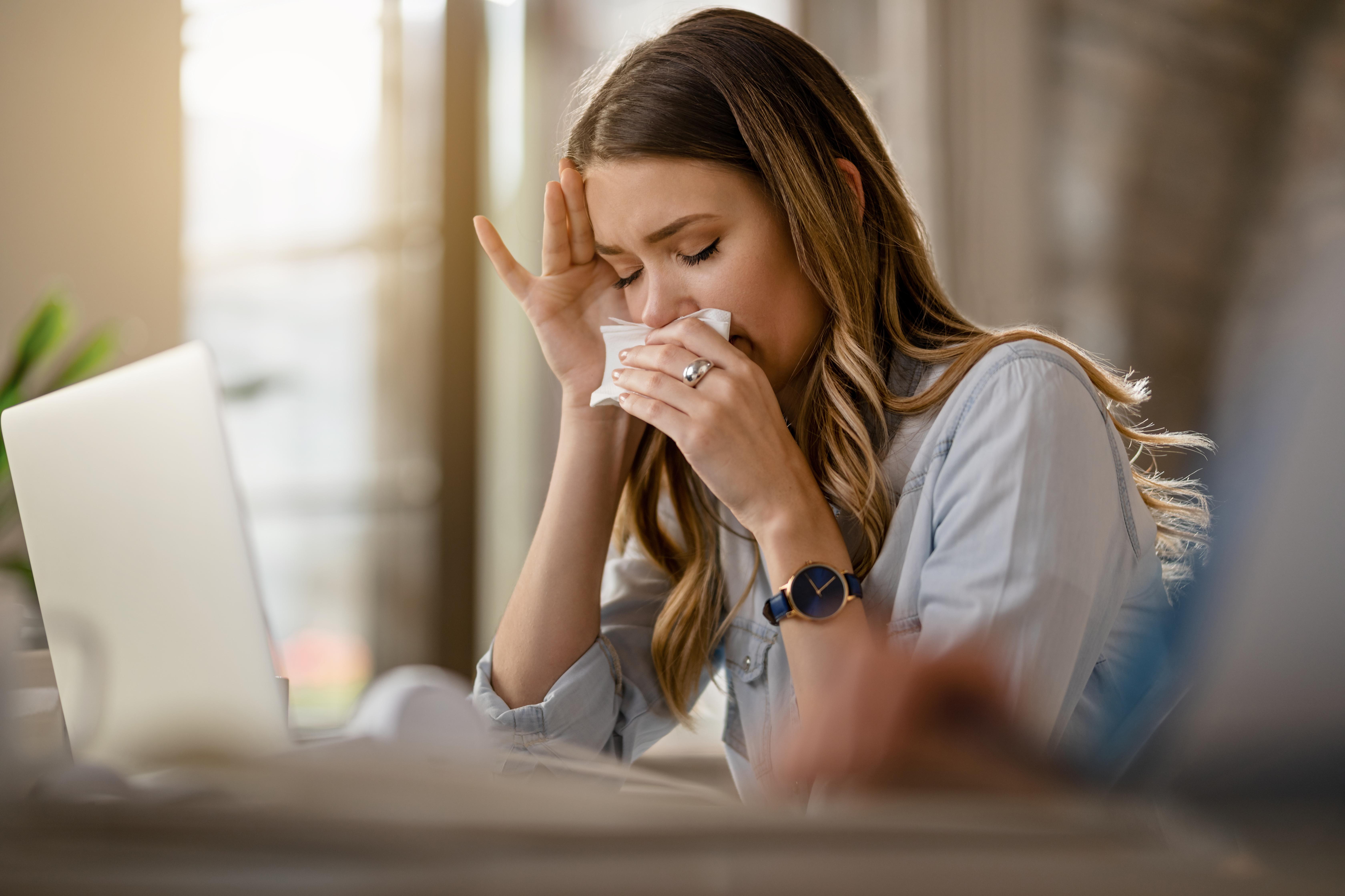 <p>Да информирате, че сте болни Шефовете рядко вярват на служителите си, че са болни. Това се случва най-вече защото има много хора, които злоупотребяват с влошеното си здравословно състояние. Въпреки това, когато наистина се разболеете, няма нищо лошо в това да си вземете болничен, защото в крайна сметка говорим за вашето здраве. Освен това, ако продължите да работите, докато сте болни, е много възможно да не сте достатъчно продуктивни.</p>