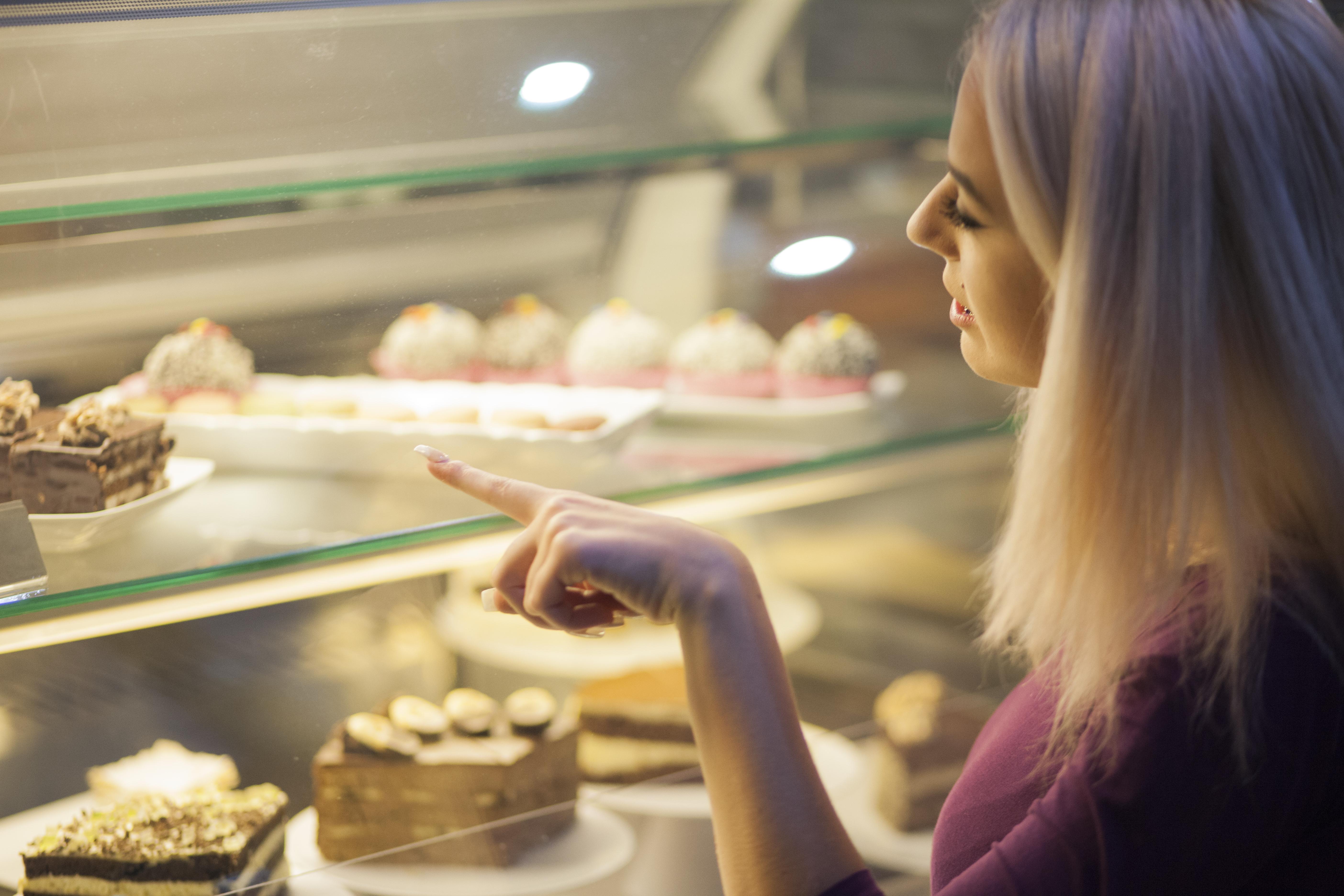 <p><strong>Торта</strong></p>  <p>Често в хранителните магазини може да откриете торти на доста известни производители, които имат свои собствени сладкарски цехове и магазини. В големите вериги ще закупите по-малка торта, като размер и ще платите доста висока цена. Същата торта често в по-голям размер може да закупите от самия производител и ще ви излезе по-изгодно.</p>