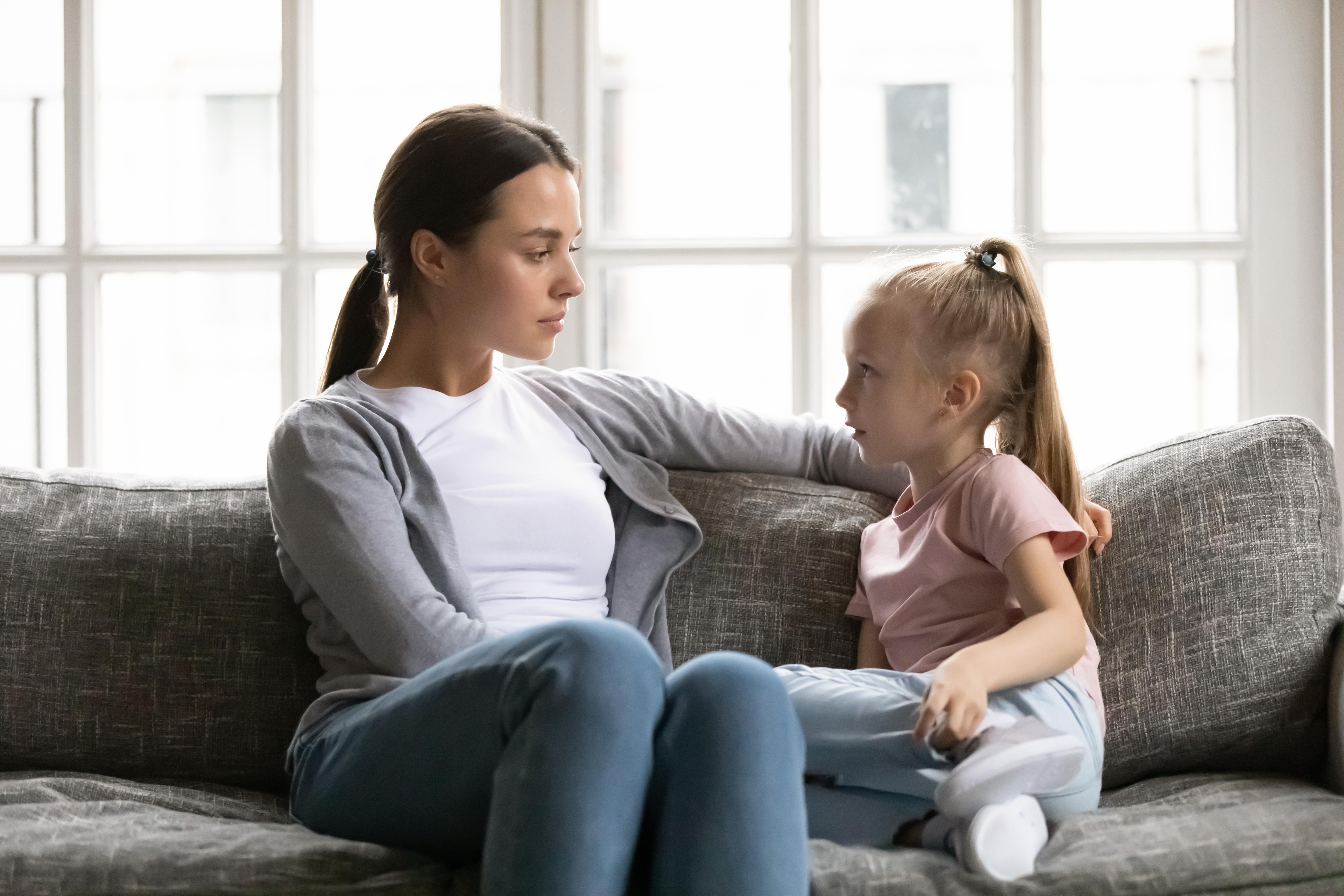 <p><strong>9. Твърде често са следвали нечии други съвети</strong></p>  <p>Има хора, които раздават съвети на едро, дори и неподходящи такива. А повечето млади родители &ldquo;попиват&rdquo; от тези съвети. Такива &ldquo;експерти&rdquo; винаги знаят как трябва да се облича, храни и възпитава едно дете. Истината е, че родителят знае най-добре какво е подходящо за неговото дете и какво не. И когато някой непознат направи забележка на вас или детето ви по отношение на неговото държание, винаги трябва да застанете зад детето си. Когато има нужда от подкрепа, то трябва да знае, че може да разчита на вас.</p>