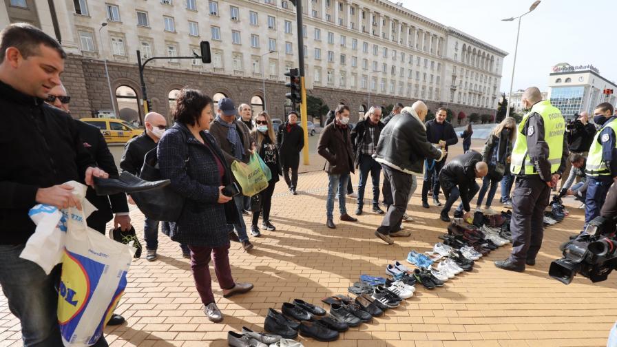 <p>Протест с тенис топки и скъсани обувки пред МС</p>