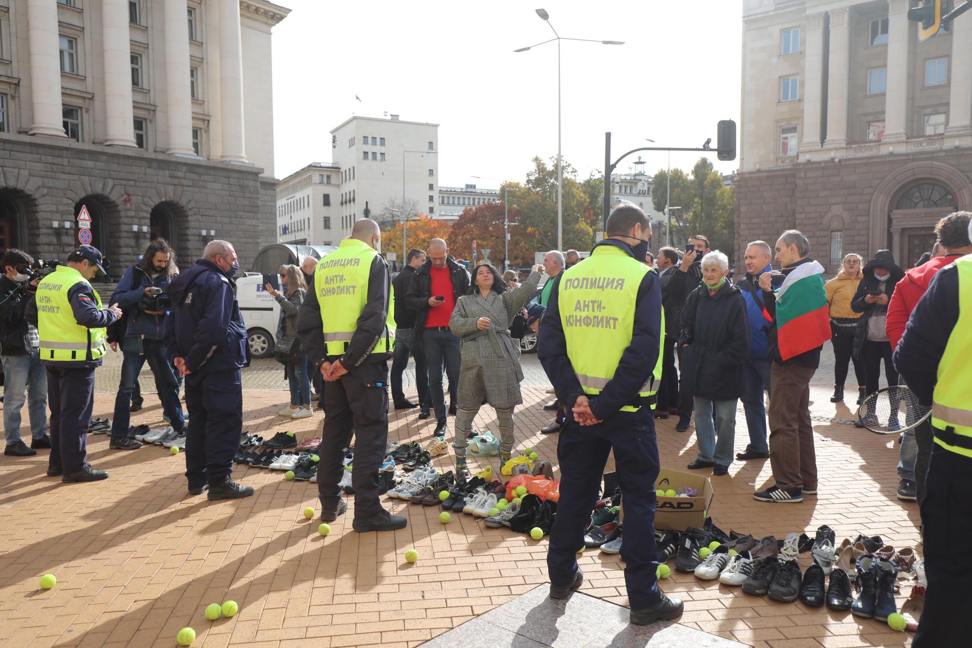 <p>По обяд днес &bdquo;Отровното трио&quot; организира пред Министерския съвет нов тип протест. Той е под надслов &bdquo;Ден 120: изтърканите обувки на над 2 милиона българи&rdquo;. Обувки&nbsp; ще бъдат хвърлени пред вратата на Министерския съвет. Целта е да се покаже колко много българи са напуснали страната в търсене на препитание навън.</p>