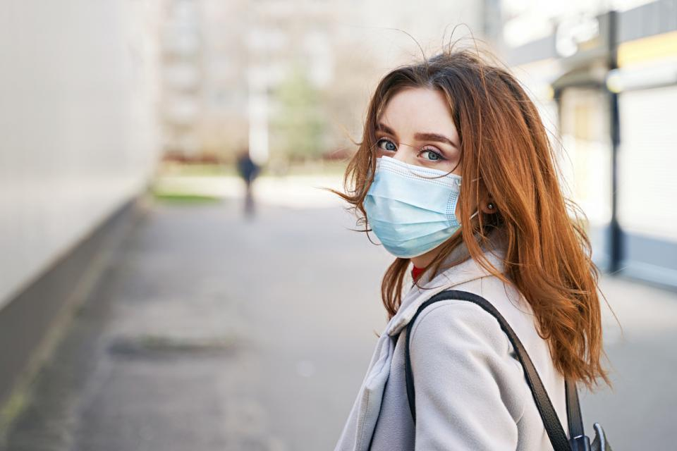 жена с маска срещу коронавирус