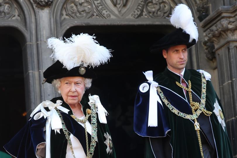 """<p><strong>Кралицата спасява принц Уилям от срив след развода на родителите му</strong></p>  <p>Три години след раздялата на Чарлз и Даяна кралицата е разтревожена за Уилям, пише Лейси, &bdquo;точно както самата майка на принца се е пречупила психически в няколко отношения&ldquo;. Според автора на книгата дядото на Уилям, принц Филип, се съгласява, че момчето се нуждае от допълнителна подкрепа и дори насърчи кралицата да се сближи с бъдещия наследник на короната. <a href=""""https://www.edna.bg/izvestni/kak-kralica-elizabet-spasiava-princ-uiliam-4663151"""" target=""""_blank""""><strong><u><em>Прочетете тук как Елизабет успява да го направи &gt;&gt;&gt;</em></u></strong></a></p>  <p>&nbsp;</p>"""