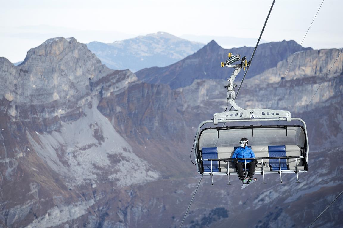 <p>По време на пандемия на коронавирус Covid-19, трябва да се носят маски на всички седалкови лифтове, лифтове и въжени линии в ски зоната.</p>