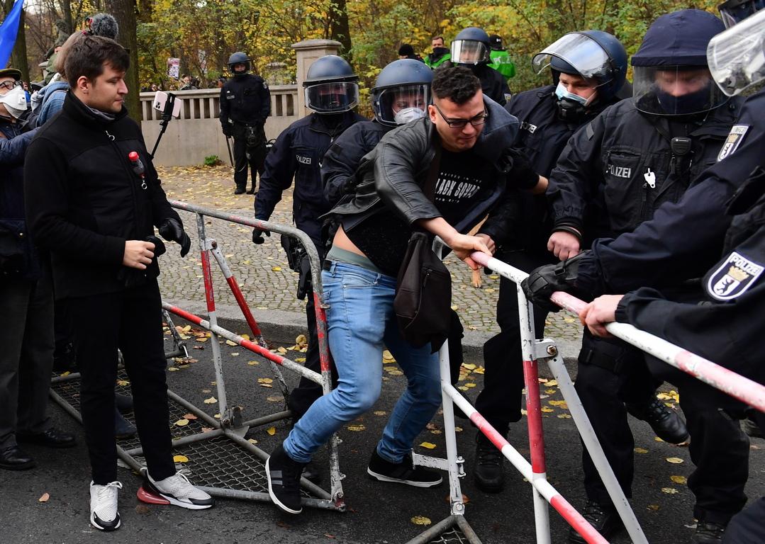 <p>Тъй като това не се случи, полицията се видя принудена да използва водни оръдия и сълзотворен газ. Няколко човека са арестувани.</p>