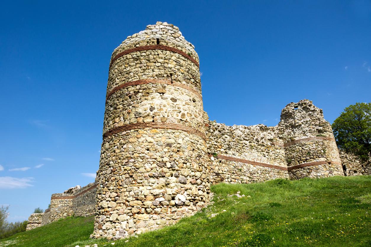 <p><strong>Средновековна крепост край село Мезек</strong> - в покрайнините на село Мезек, на 6 км югозападно от Свиленград и само на 1 км от гръцката граница се намират останките от средновековна византийска крепост, построена в края на ХІ в. Тя е най-запазеното отбранително съоръжение в Родопите. Крепостта е имала функции на гранична стражева крепост. Охранявала е територии между реките Марица и Арда.&nbsp;<br /> &nbsp;</p>