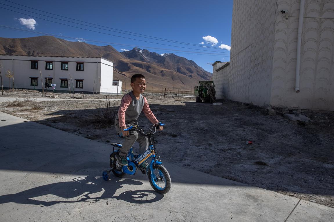 <p>В Тибет, голяма част от населението не е съгласно да се строи мащабна инфраструктура, която би унищожила природната екосистема и ландшафта в провинцията.</p>