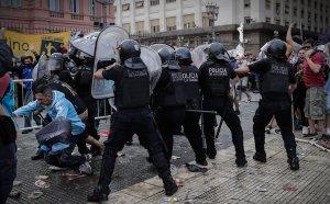 Бой между полиция и фенове на поклонението на Марадона