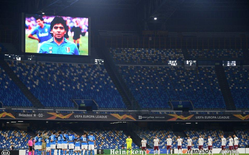 Отборът наНаполипочете паметта на легендата на клуба и световния футбол