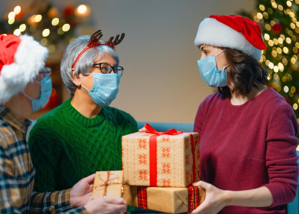 жена семейство Коледа празници подаръци карантина локдаун коронавирус маска маски елха