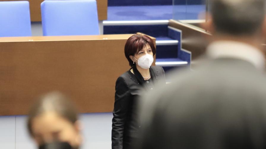 Парламентът остана без кворум, Караянчева обвини опозицията