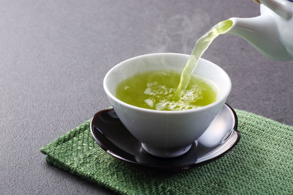 <p><strong>Има диуретични свойства</strong></p>  <p>Чаят от глухарче, зелен чай, чай от ечемик и чай от хибискус имат диуретични свойства. Диуретиците са хранителните вещества, които карат тялото ни да се освободи от сол и вода под формата на урина. Чаят с диуретични свойства често се препоръчва на хора с проблеми с бъбреците, диабет или определени сърдечни проблеми.</p>
