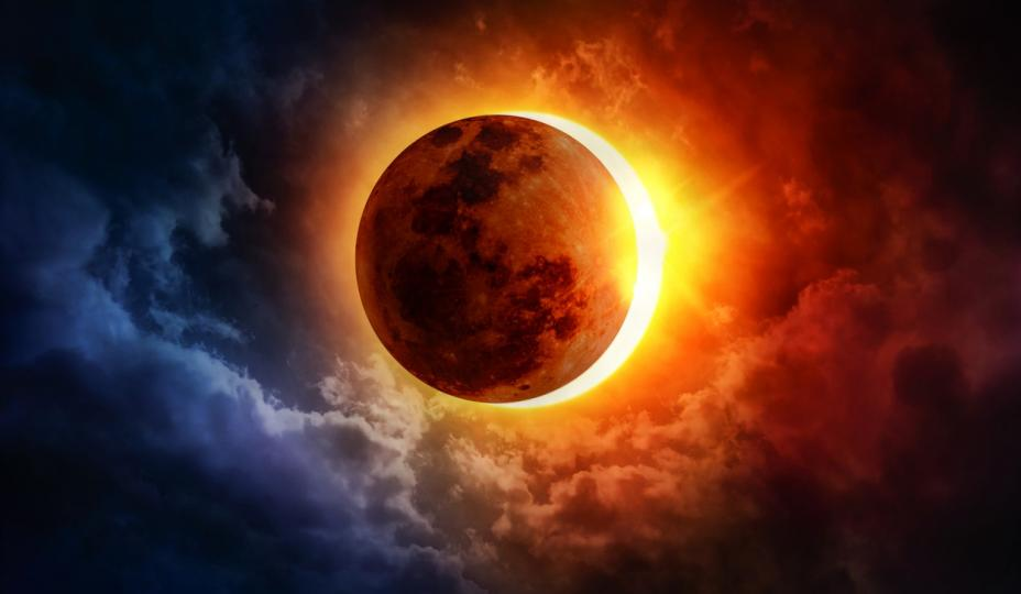 <p><strong>10 юни &ndash; слънчево затъмнение</strong></p>  <p>Това ще бъде пръстеновидно слънчево затъмнение, което означава, че Луната ще навлезе напълно в слънчевия диск, но намаляване на слънчевата активност няма да настъпи поради голямото разстояние на спътника от нашата планета. Този ден ще бъде доста непредсказуем. Смята се, че с пръстеновидни затъмнения на Слънцето благоприятните събития могат по всяко време да се превърнат в голям провал и огромни проблеми в бъдеще. На 10 юни всички трябва да бъдем изключително внимателни. Това затъмнение ще бъде под знака на Близнаци. Това означава, че първото слънчево затъмнение за годината ще засегне областите на общуване, приятелство и любов. Не правете нови познанства на този ден и се стремете към взаимно разбирателство с роднини, приятели, колеги. Това е един от най-опасните дни на лятото и може би най-опасният ден през юни.</p>
