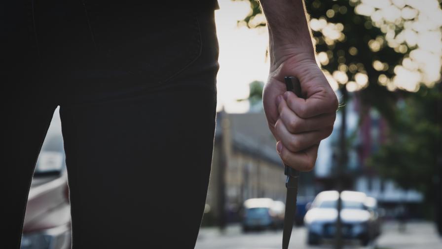 15-годишен нападна с нож и обра възрастна жена