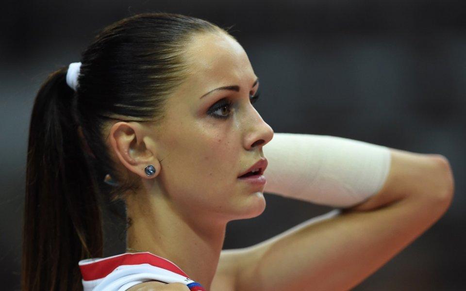 Тя е доста симпатична, занимава се с волейбол, а също