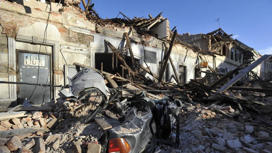 Огромни дупки се отвориха в района на Петриня след земетресението
