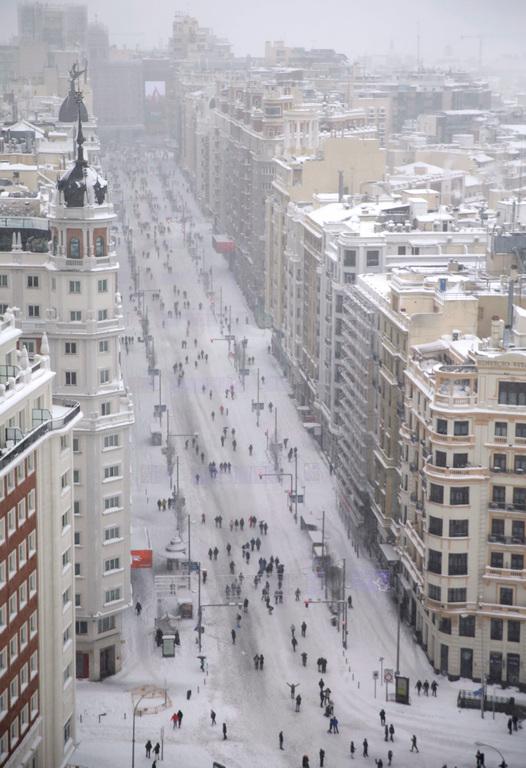 <p>Според правителството, движението по над 700 пътища в страната тази сутрин остава спряно или нарушено, а влаковете от и до Мадрид са отменени до днес следобед.</p>  <p>Бурята Филомена се насочи днес към регионите Каталуния и Арагон в североизточната част на страната, които бяха по-малко засегнати от снеговалежи отколкото централна Испания.</p>