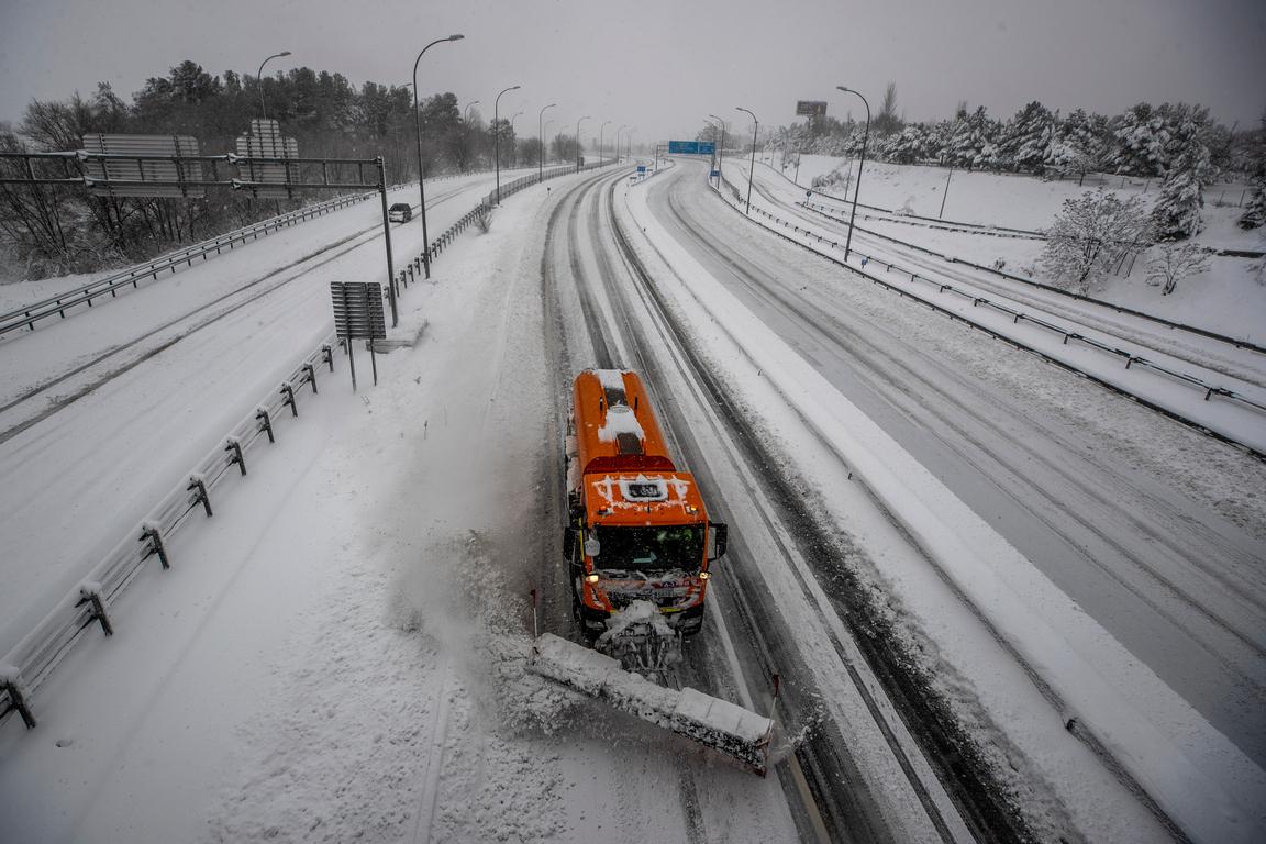 <p>Стотици водачи се наложи да прекарат нощта в автомобилите си заради блокираните от сняг пътища. Дори армията се включи, за да извади хора от колите им. Карлос Новильо, началник на мадридската агенция за извънредни ситуации, каза, че в снежния капан са попаднали над 1000 автомобила, главно на околовръстното шосе и на магистралата, която води от Мадрид на юг към Кастилия-Ла Манча и Андалусия.</p>