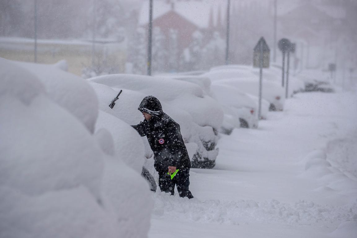<p>Снежната буря, която се стовари върху Испания и парализира Мадрид, е довела до смъртта на четирима души</p>