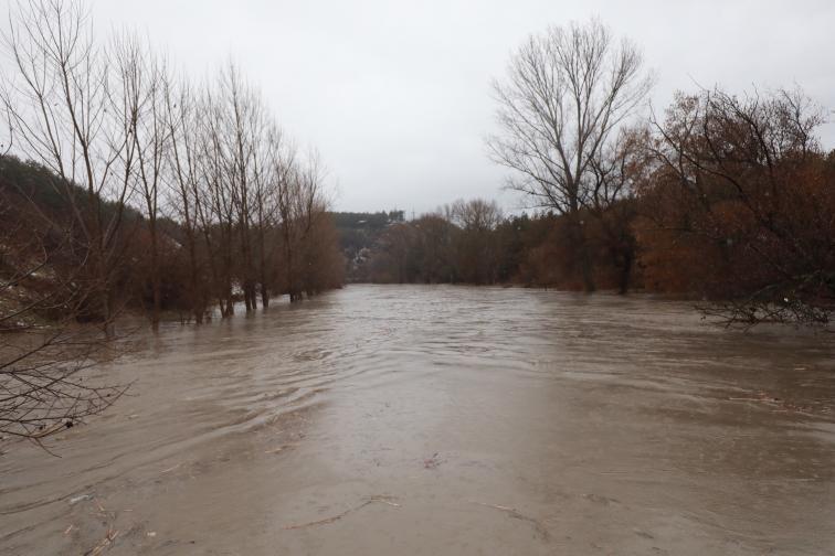 Реката под железопътния мост между Нови Искър и Курило е