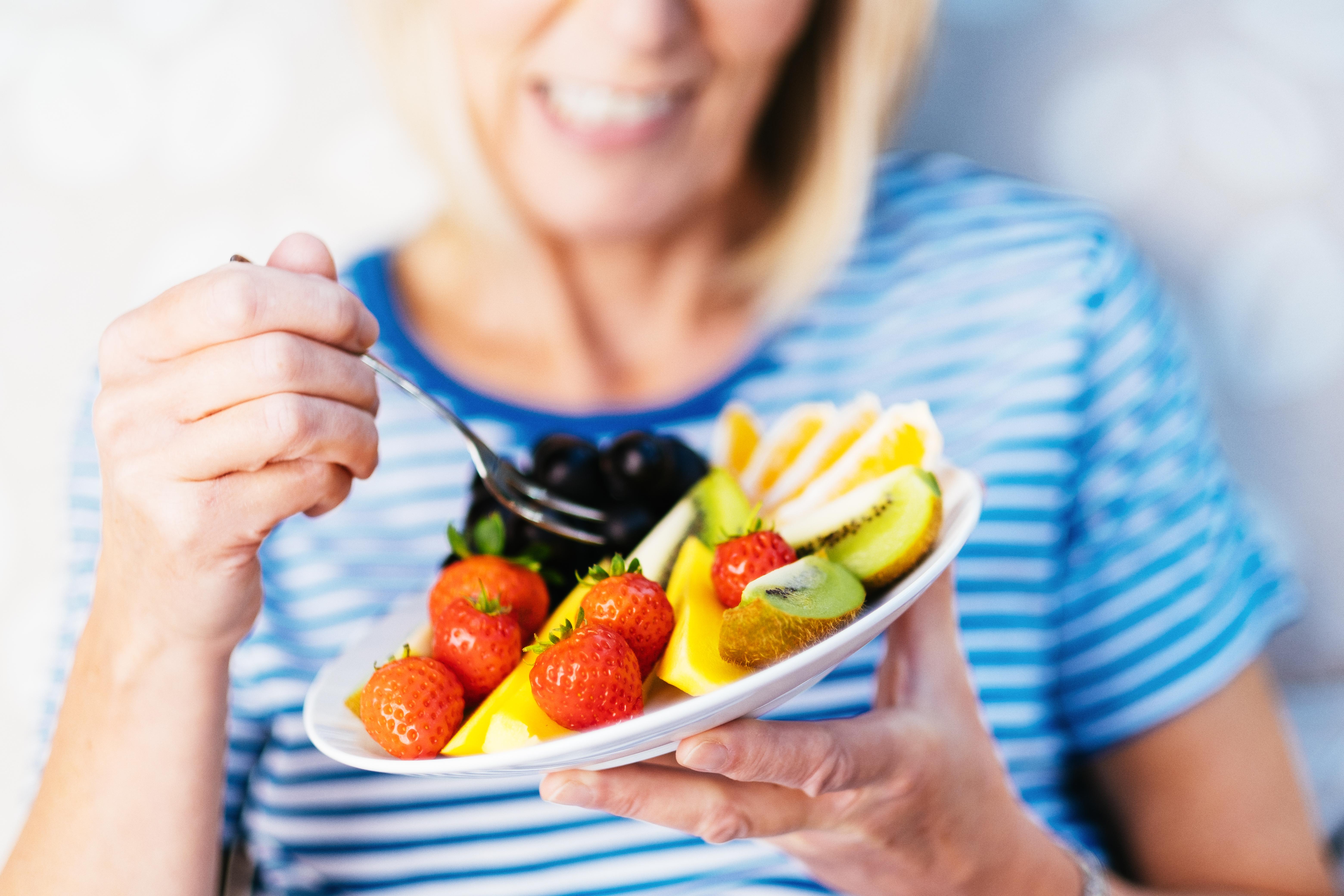 <p><strong>Плодове</strong><br /> Добре е да консумирате само един вид плод на хранене. Ако смесвате плодовете, естествените захари се освобождават от вътрешността на клетките и се превръщат в свободни захари.</p>